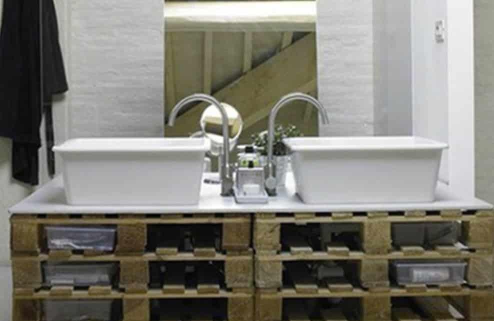Ne jetez plus vos palettes de bois upcyclez les for Meuble salle de bain palette