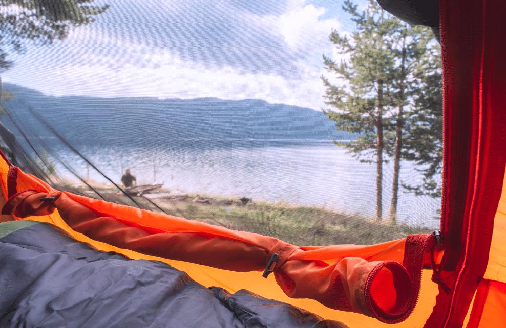 Vue de l'intérieur d'une tente sur lac