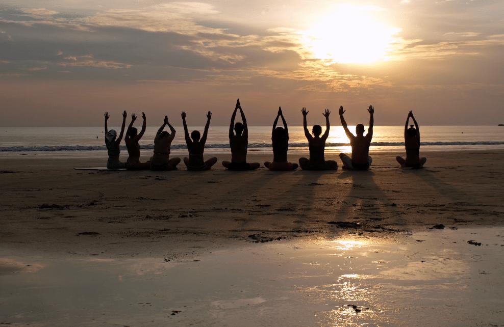 Cours de yoga sur la plage