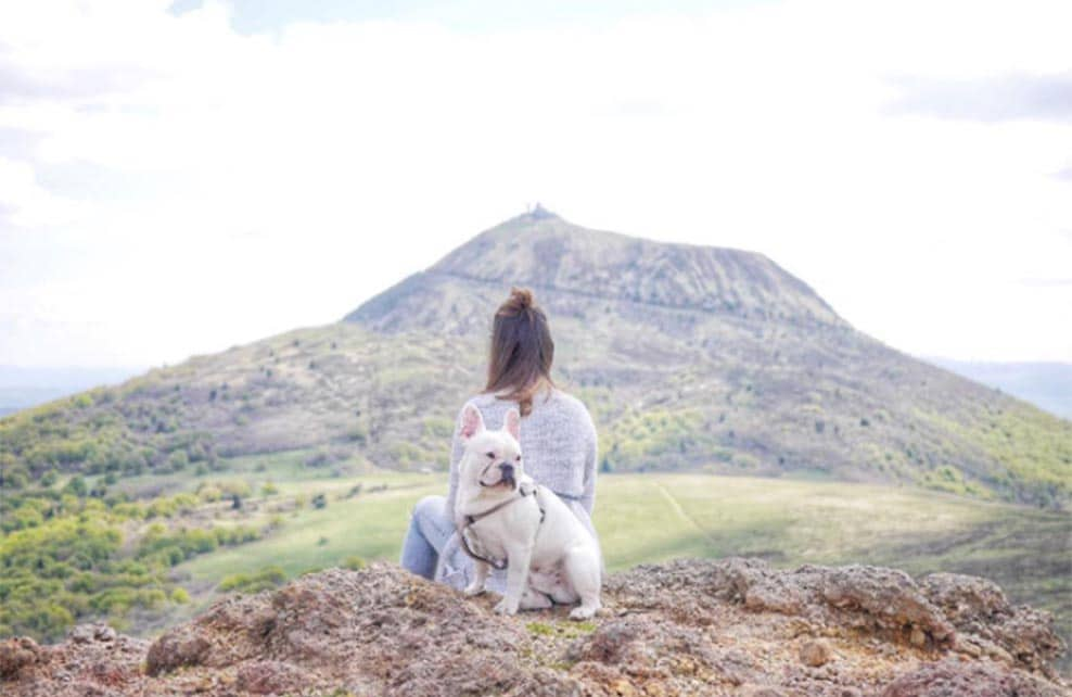 ninon et son chien léon en balade en Auvergne