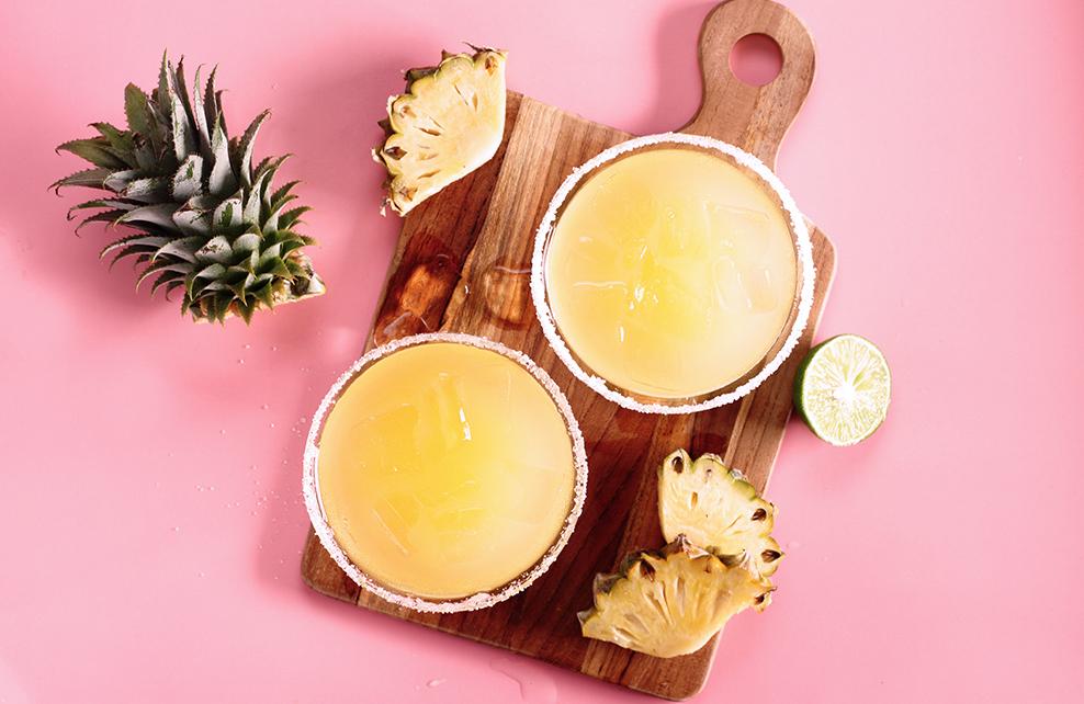 jus d'ananas dans bols sur planche en bois