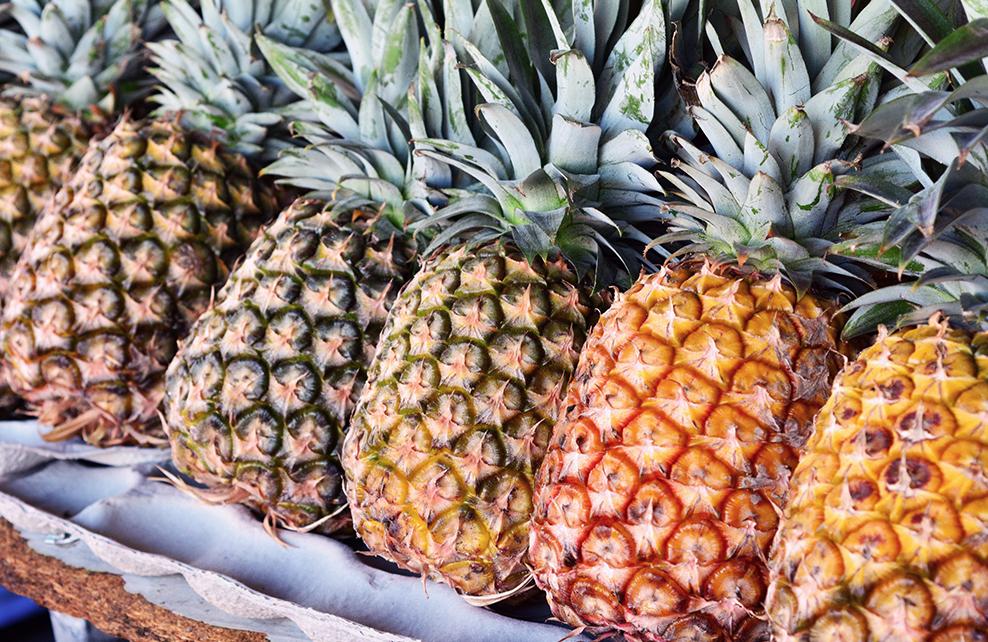ananas alignés sur un stand
