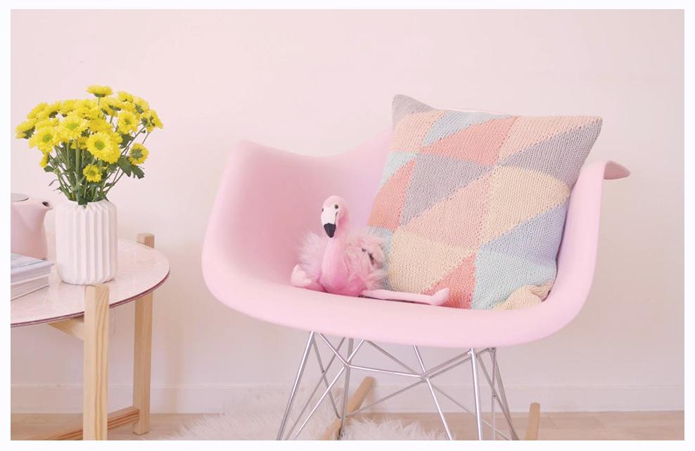 fauteuil rose avec flamand rose posé dessus