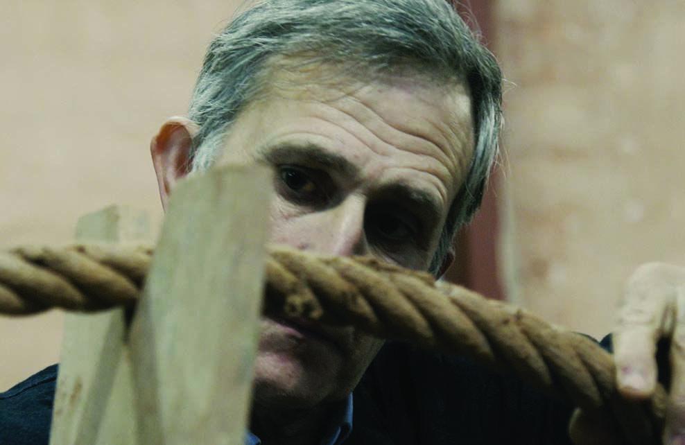 Michel Goicoechea qui regarde une corde
