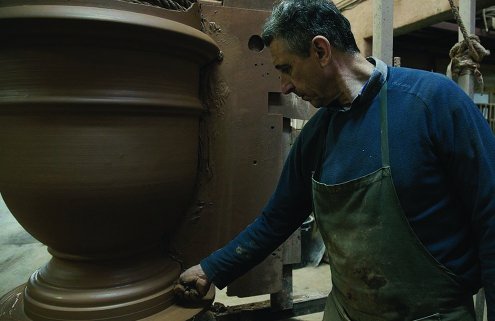 Michel Gicoechea qui observe un pot
