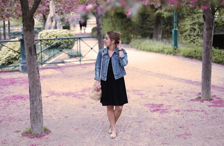 Blogueuse Madame Marion dans un jardin public fleuri