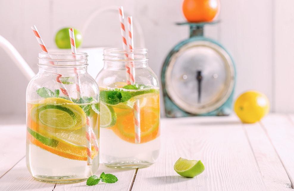 rondelles de citron dans eau avec paille
