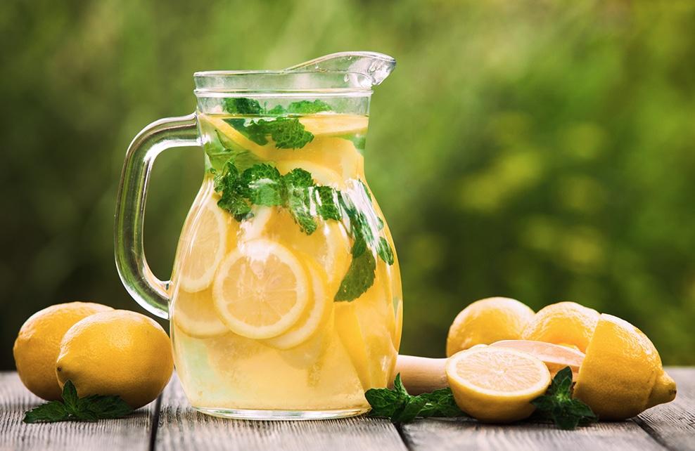 carafe avec eau et citrons