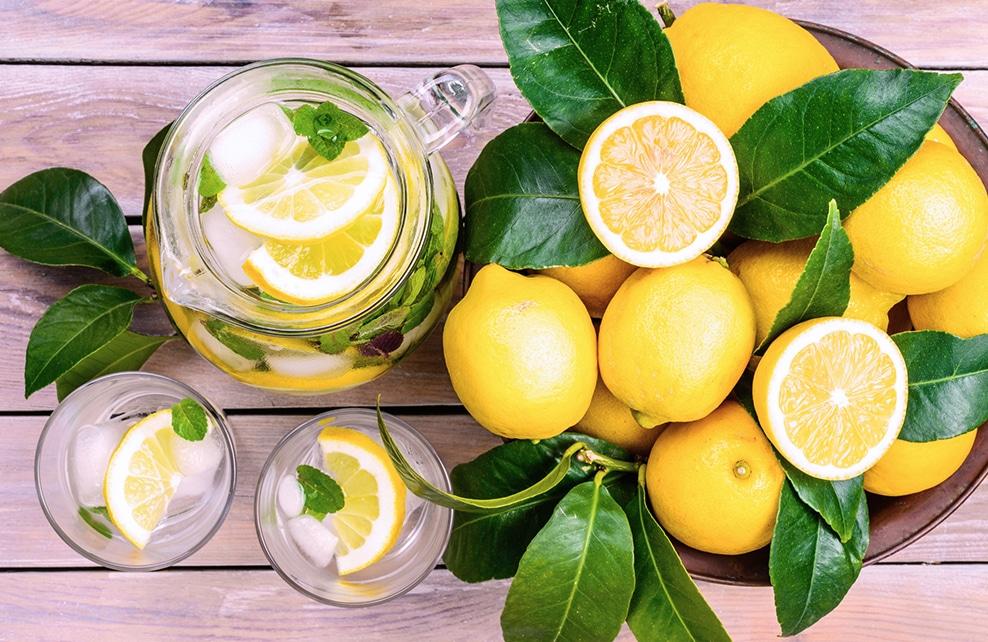 citron et eau citronnée dans carafe