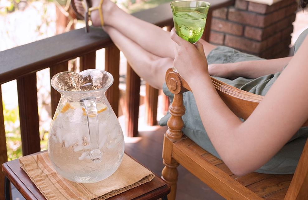 carafe d'eau avec rondelles de citron