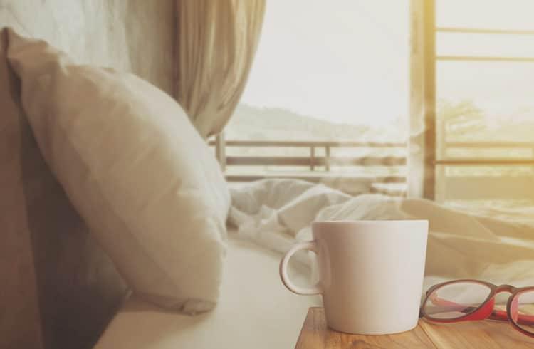 lit avec tasse en premier plan