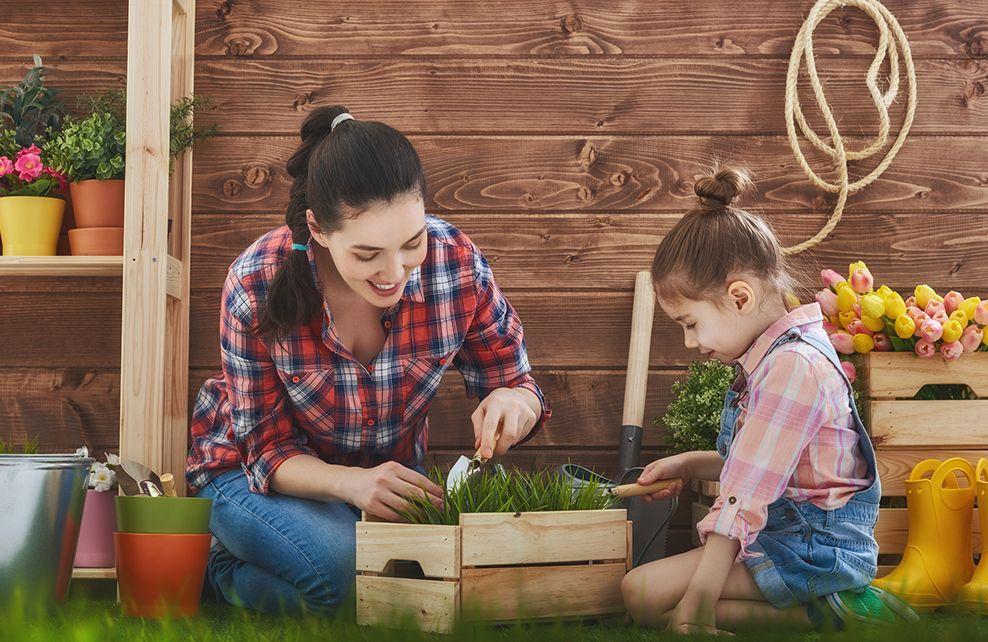 mère et sa fille qui jardinent