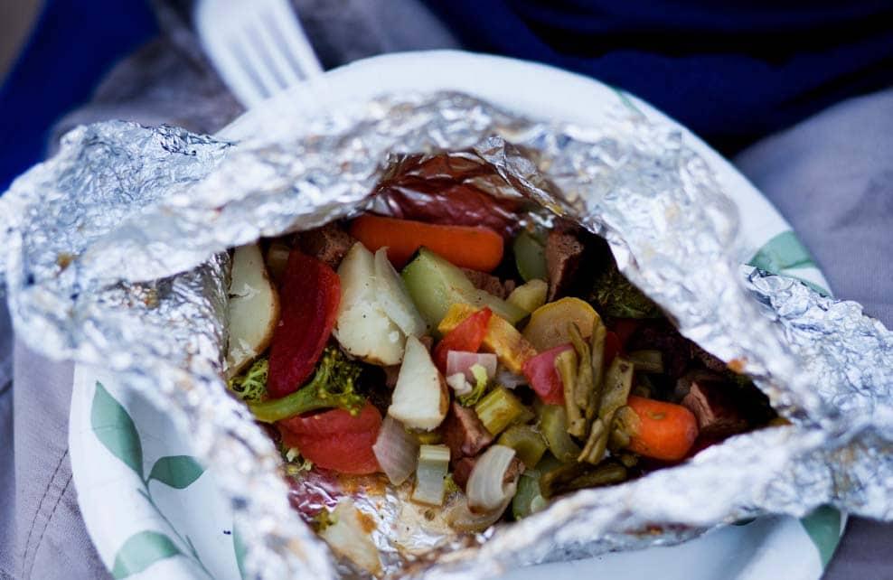 légumes grillés dans papillottes dans papier d'aluminium