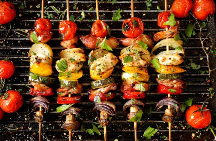 brochettes healthy en train de cuire au barbecue