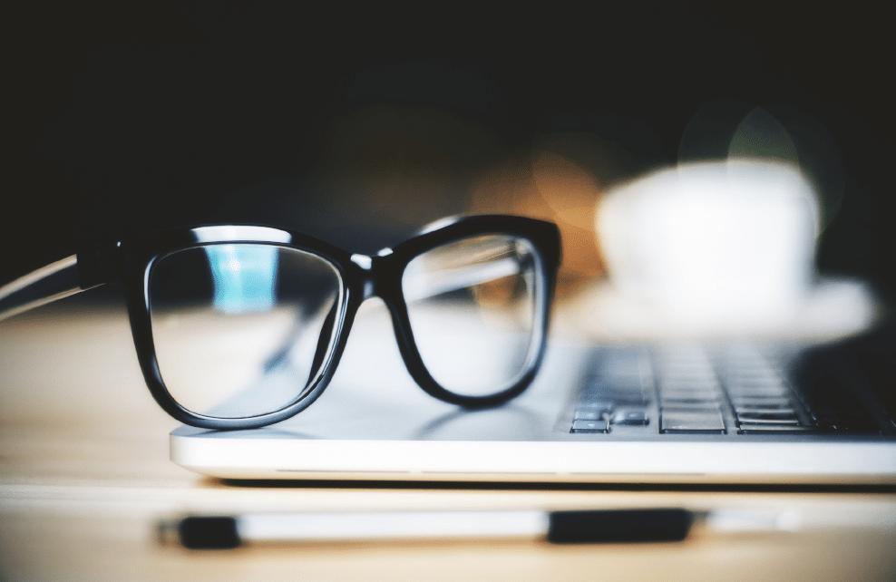 paire de lunettes de vue sur clavier d'ordinateur portable
