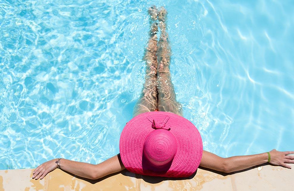 jeune fille dans piscine