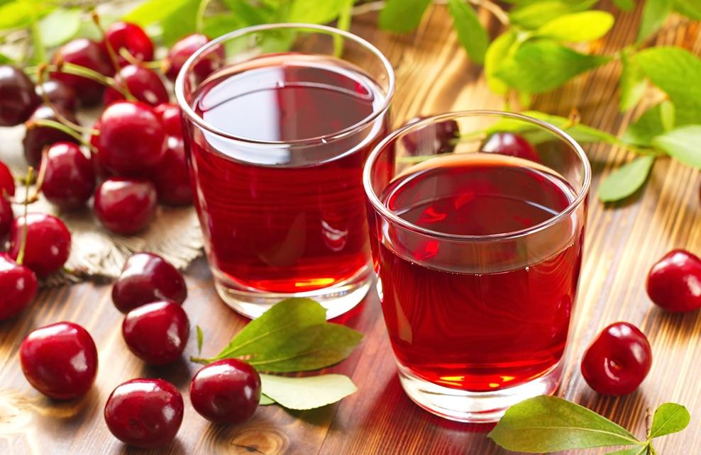 jus de cerise servi dans verres et cerises