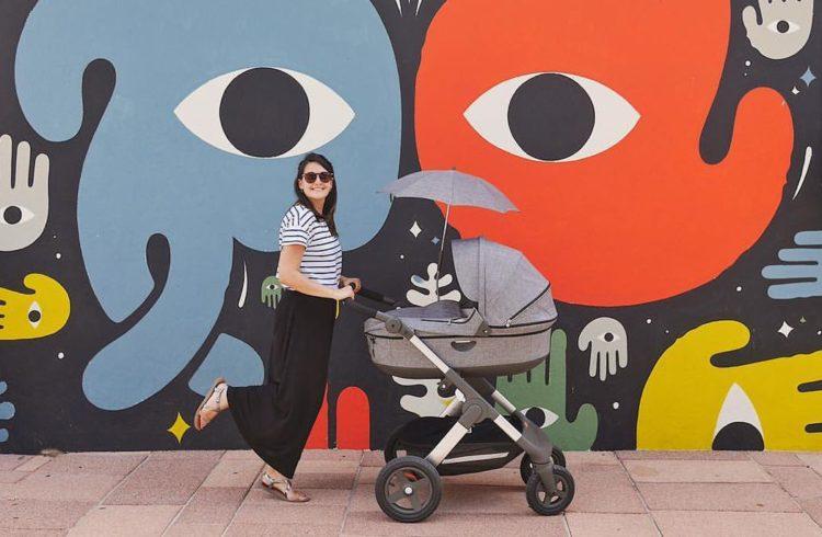 Blogueuse devant mur de tags