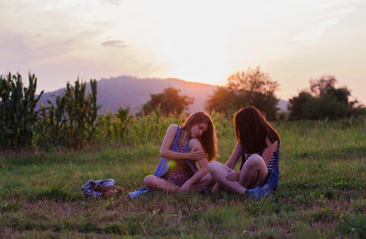 deux jeunes filles se grattant à cause des piqures de moustiques