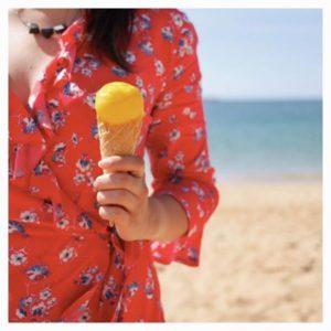 Blogueuse tenant glace à la plage