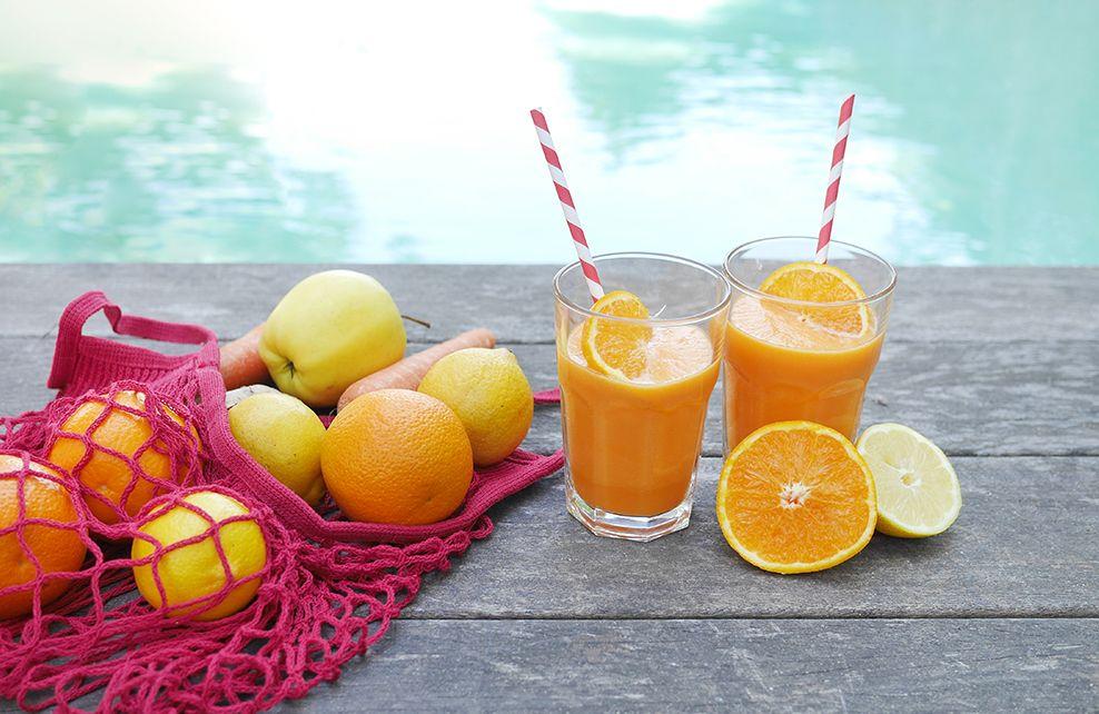 Jus d'orange, gingembre et citron au bord de la piscine