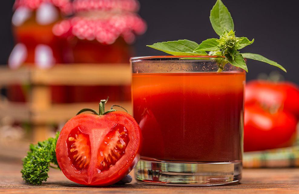 jus de tomates dans un verre avec menthe décorative