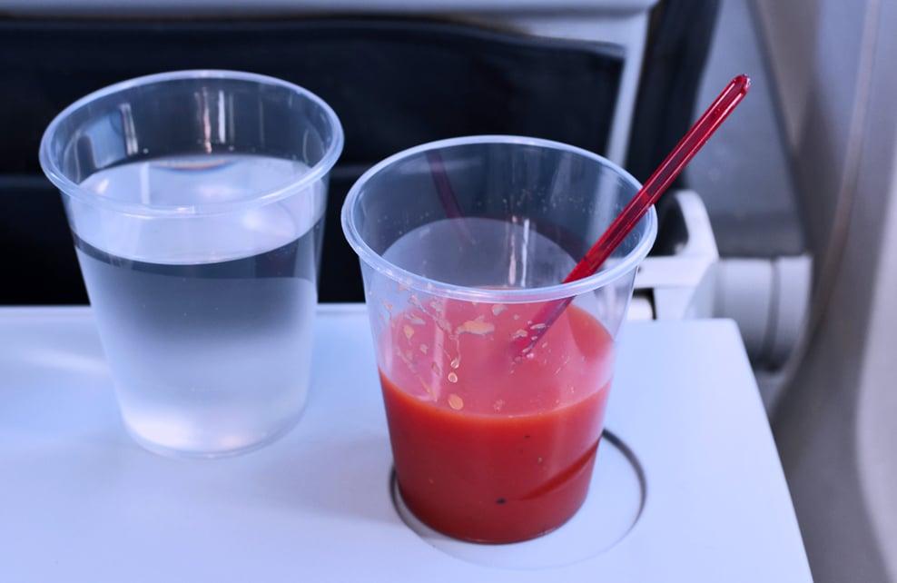 jus de tomates sur tablette d'un avion