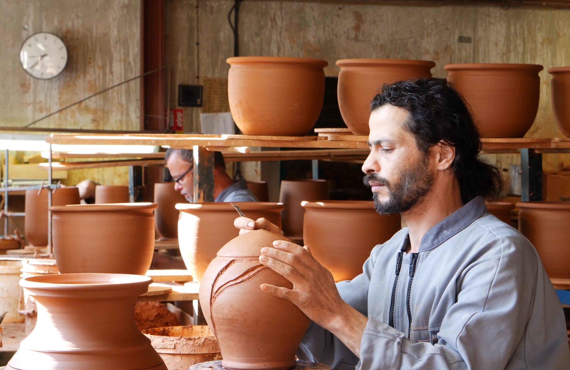 artisan travaillant sur poterie d'Albi dans atelier