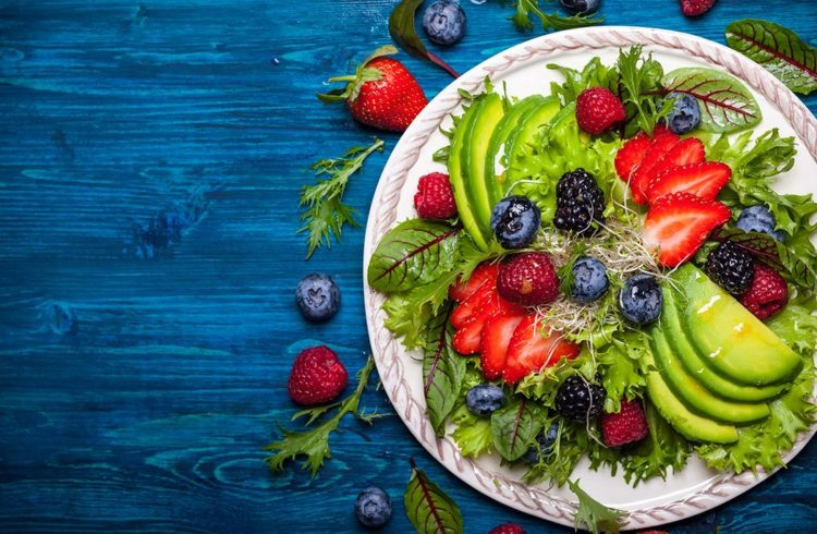 salade avec fuits sur fond bleu