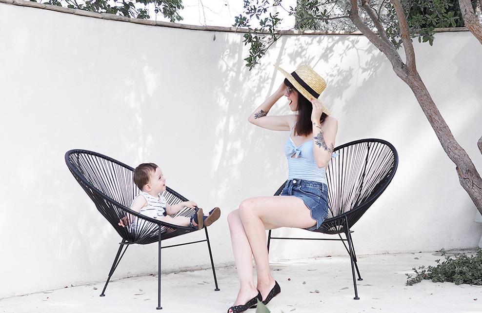 lauriane et son fils léon sur des chaises dans le jardin