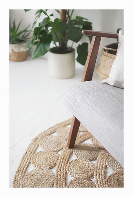 bras de fauteuil sur parquet blanc dans salon