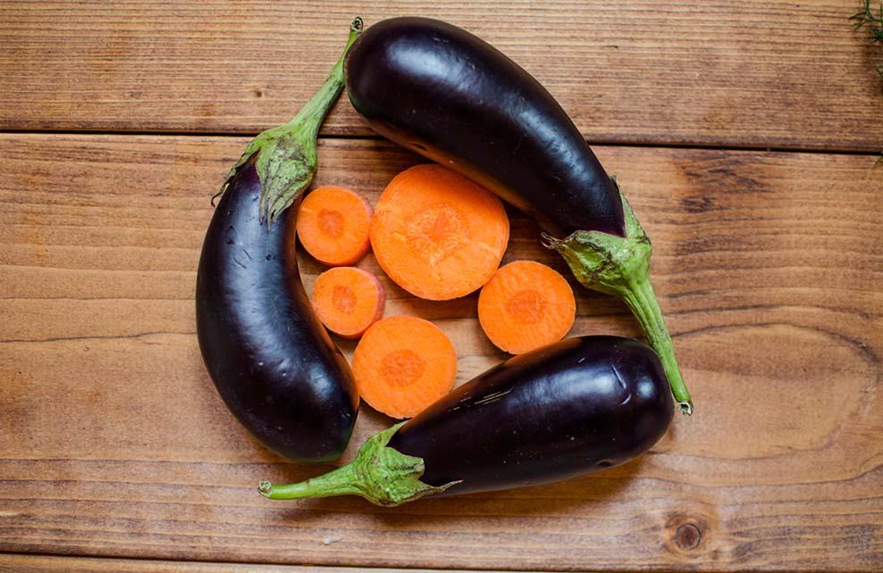 carottes et aubergines sur table en bois