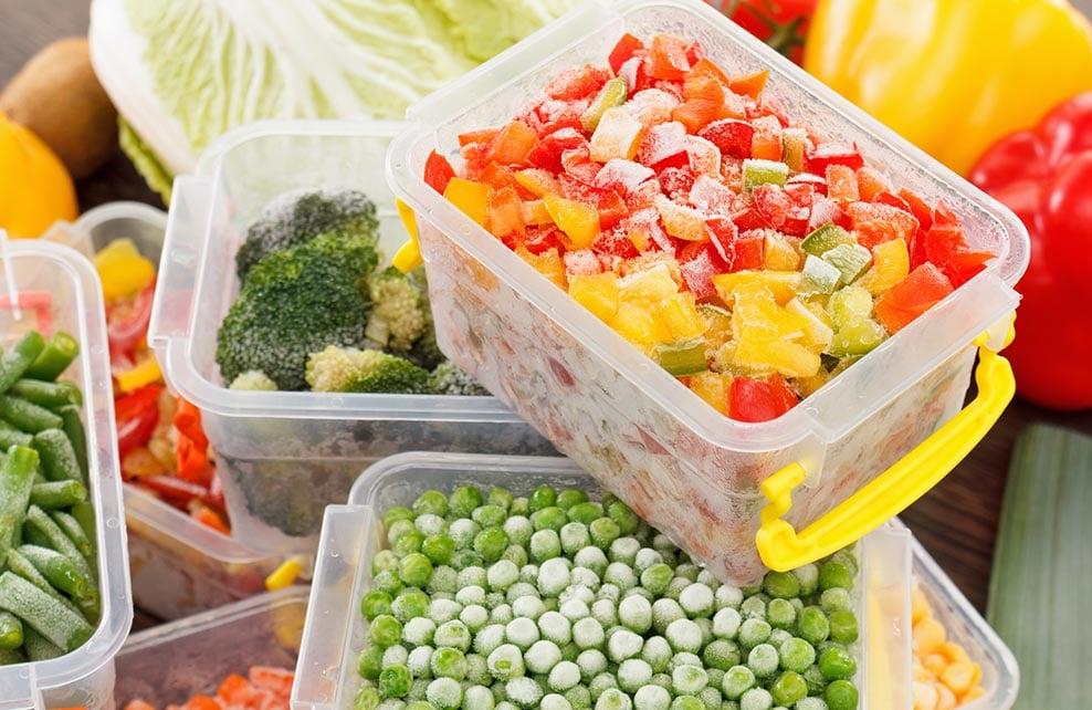 légumes congelés dans boîtes en plastique
