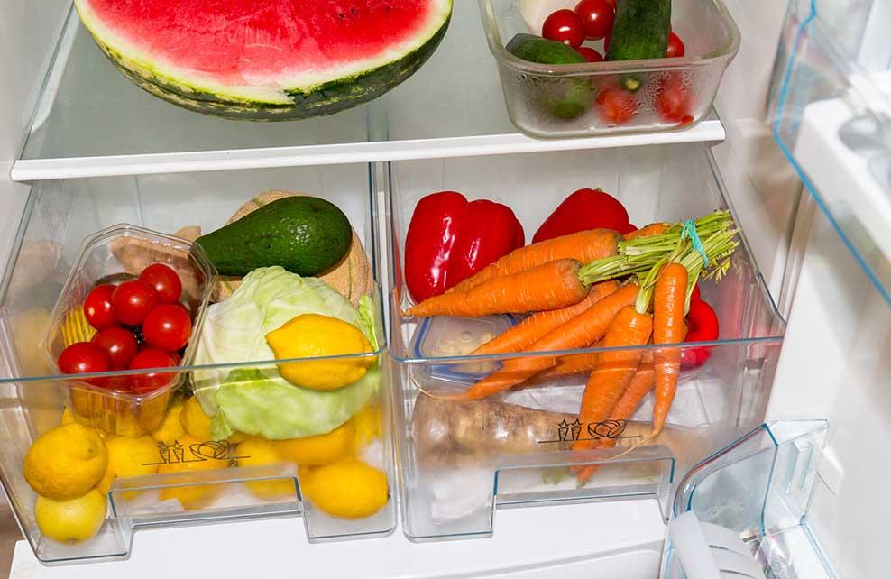 légumes dans bac à légumes d'un frigo