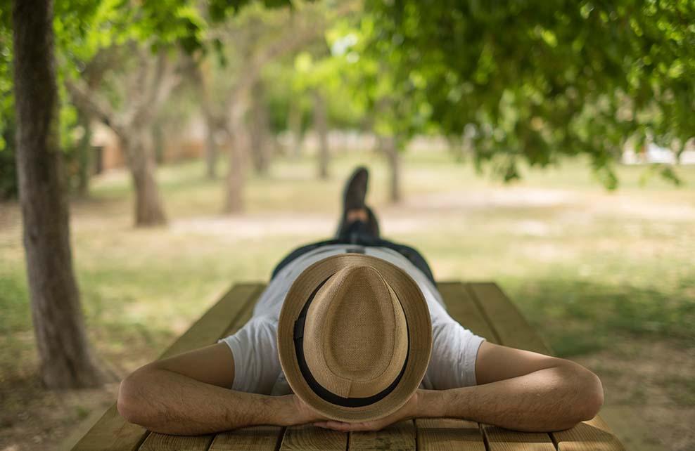 homme faisant la sieste dans un parc