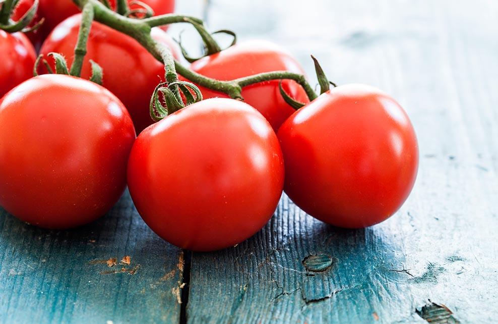 tomates fraîches posées sur une table