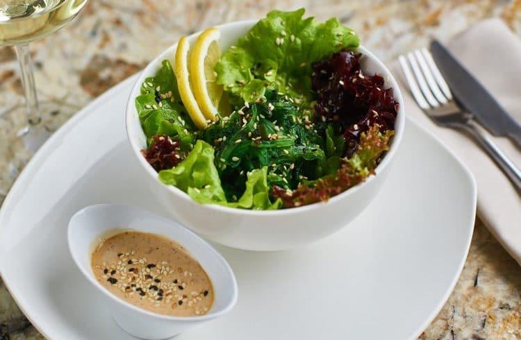 Salade d'algues dans bol blanc
