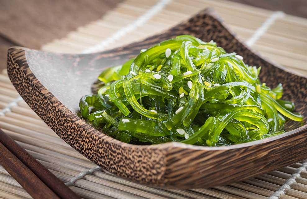 salade d'algues servie dans une assiette chinoise