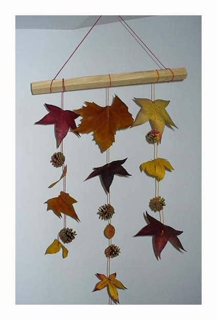 Guirlandes de feuilles suspendues au mur