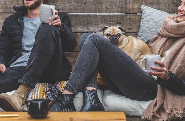 jeune fille et jeune homme en train de boire le thé