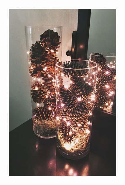 Pommes de pain avec guirlandes lumineuses dans vases transparents