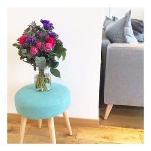 bouquet de roses dans salon scandinave