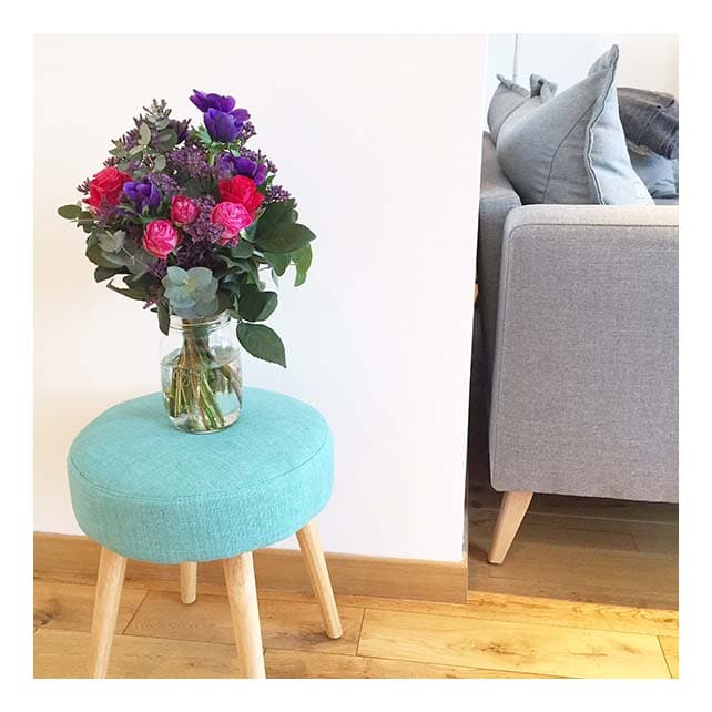 bouquet de roses dans salon scandinave