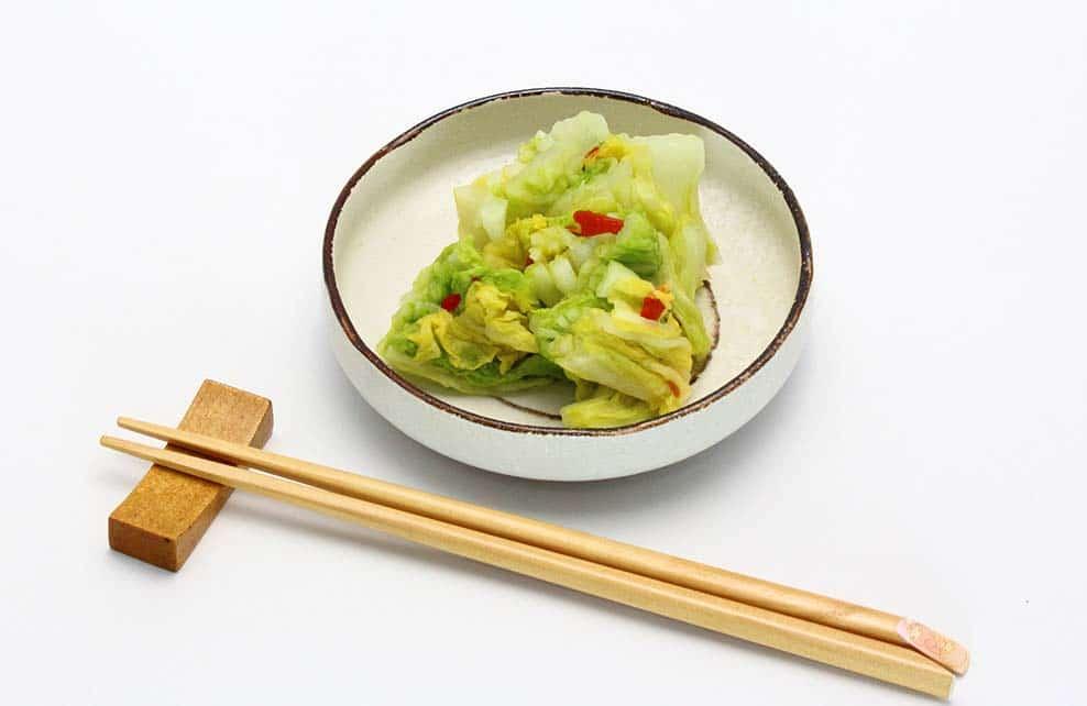 chou chinois en salade à manger avec des baguettes