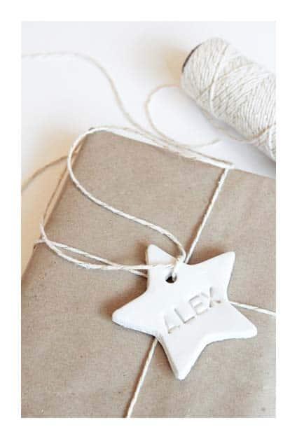 Cadeau emballé avec du papier kraft