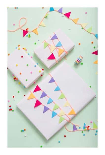 Papier cadeau avec guirlandes en papier de couleur dessus