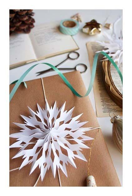 origami ornemental sur papier cadeau en kraft