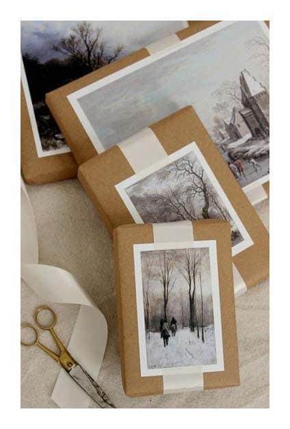 Paquets cadeaux en papier craft avec photo décorative sur le dessus