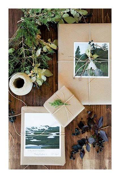 Paquets cadeaux en papier craft avec photos décoratives sur le dessus
