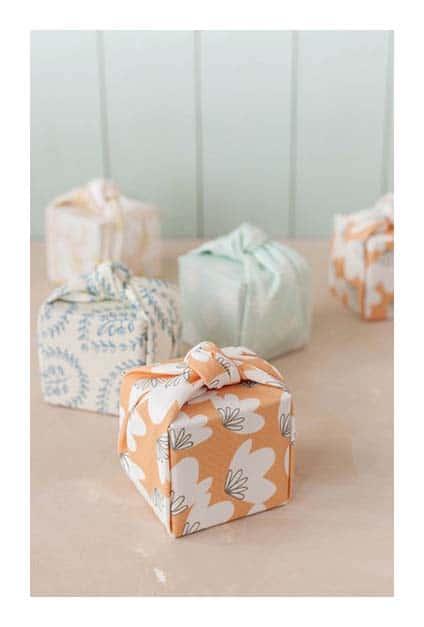 Paquets cadeaux fabriqués à partir de tissus pastels